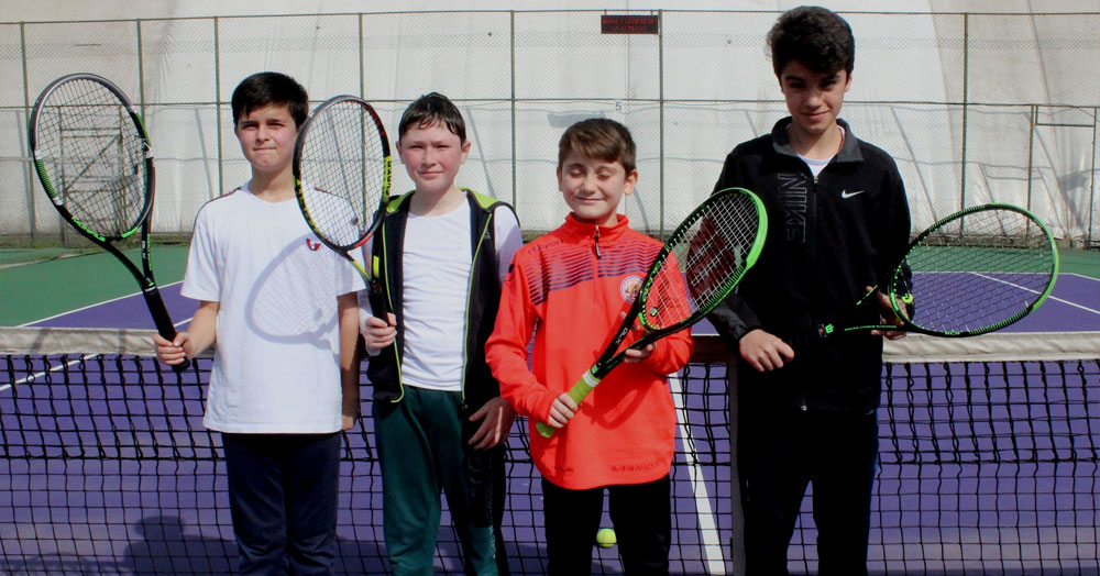 Öğrenciler tenisi seviyor