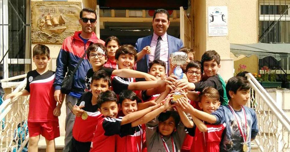 Futsalcıları okulda kutladılar