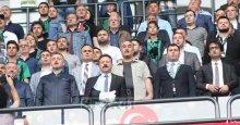 Kolu kırılan Vali Aksoy da maçı izledi